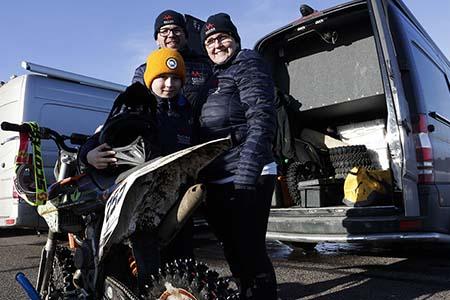 Vägin perhejoukkue tuli ensimmäistä kertaa avaamaan ajokauden Malmin kentälle. Petteri ja Katja toimivat kymmenvuotiaan Lucan huoltajina ja mekaanikkoina.