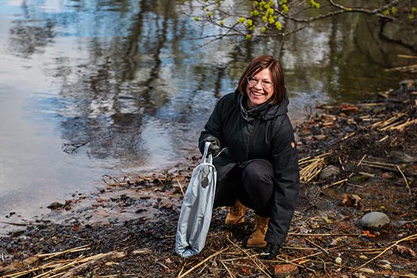 Avajaispuheen pitänyt apulaispormestari Anni Sinnemäki osallistui itsekin siivoamiseen.