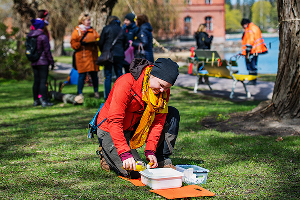Talkoissa oli mukana myös SATAKOLKYT-hanke. Hankekoordinaattori Eeva Puustjärvi teki pesuvatiin öljyntorjuntasimulaation. Siinä pääsi kokeilemaan, miten vaikeaa öljyn poistaminen vedestä on.