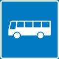 Linja-auto. Kuvassa linja-auto kuvattuna sivusta, vasemmassa reunassa on keula. Linja-autossa on viisi ikkunaa. Sininen tausta.
