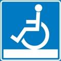 Esteetön luontoreitti, pyörätuolireitti. Kuvassa on pyörätuolissa istuva henkilö tasaisen tason päällä. Sininen tausta.