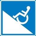 Vaativa esteetön luontoreitti, vaativa pyörätuolireitti. Kuvassa on pyörätuolissa istuva henkilö kaltevan tason päällä. Sininen tausta.
