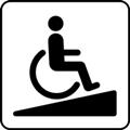 Luiska. Kuvassa on pyörätuolissa istuva henkilö menossa ylöspäin loivaa, kolmionmuotoista kaltevaa pintaa. Valkoinen tausta.