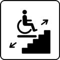 Porrashissi. Kuvassa on pyörätuolissa istuva henkilö tason päällä. Taso on portaiden päällä. Tason vasemmalla puolella on nuoli alaviistoon ja tason oikealla puolella on nuoli yläviistoon. Valkoinen tausta.