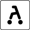 Rollaattori. Kuvassa on rollaattori eli pyörällinen kävelyteline kuvattuna sivusta. Valkoinen tausta.