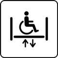 Pyörätuolihissi. Kuvassa on pyörätuolissa istuva henkilö tason päällä. Tason sivuissa lyhyet pystyviivat kuvaavat hissin seiniä, tason alla on vierekkäin nuoli ylös ja nuoli alas. Valkoinen tausta.