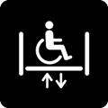 Pyörätuolihissi. Kuvassa on pyörätuolissa istuva henkilö tason päällä. Tason sivuissa lyhyet pystyviivat kuvaavat hissin seiniä, tason alla on vierekkäin nuoli ylös ja nuoli alas. Tumma tausta.