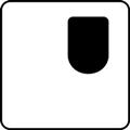 Esteetön wc, yksipuolisesti käytettävä: vasen. Kuvassa wc-tila on kuvattuna ylhäältä päin ja wc-istuin on sijoitettu vasempaan yläkulmaan. Valkoinen tausta. Symbolilla osoitetaan vapaa tila yksipuolisesti käytettävässä wc:ssä.
