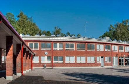 Kannelmäen peruskoulun Kanteleen toimipisteen julkisivu kauniissa auringon valossa
