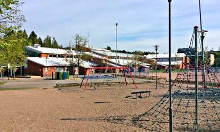 Malminkartanon ala-asteen koulurakennus ja pihanäkymä