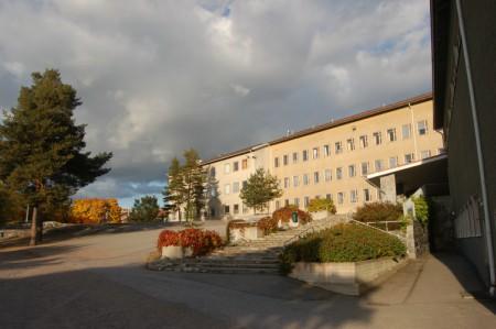 Syksyinen kuva Pohjois-Haagan ala-asteen koulun pihalta