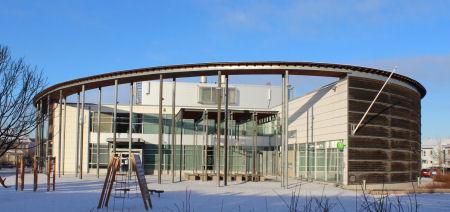 Koulun välituntipiha etuoven puolelta talviaikaan