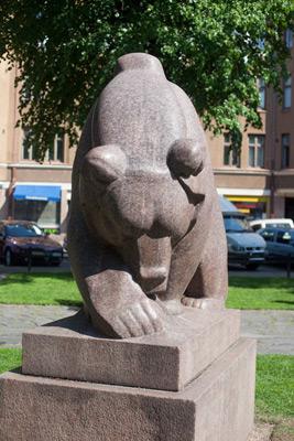 Jussi Mäntynen: Mesikämmen muurahaispesällä, 1931. Et voi käyttää kuvaa kaupallisiin tarkoituksiin. © Kuva: Helsingin taidemuseo / Maija Toivanen