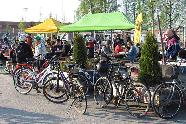 Cyclists enjoying breakfast at a Cycling Week event. Photo: Hepo