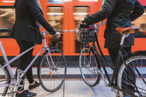 Cycling or walking and using public transport are efficient ways to improve air quality. Photo: City of Helsinki Media Bank/Jussi Hellsten