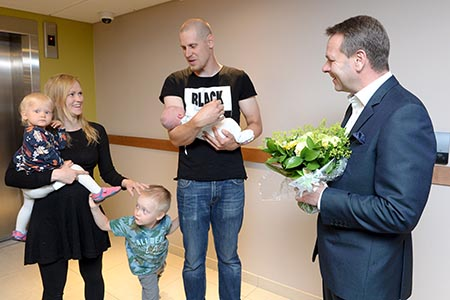 Mayor Jan Vapaavuori greeted the Helsinki Day baby and his family. Photo by Mikko Stig / Lehtikuva