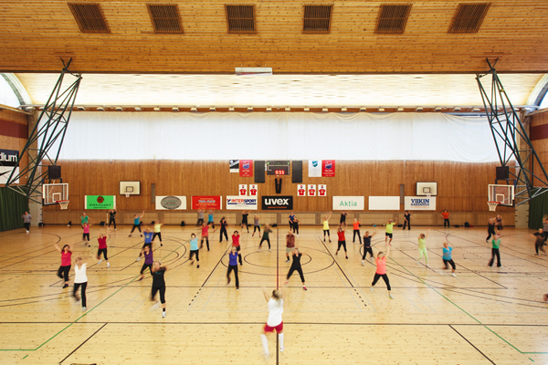 Group of people excercising on a supervised sports course in Pirkkola sports hall.